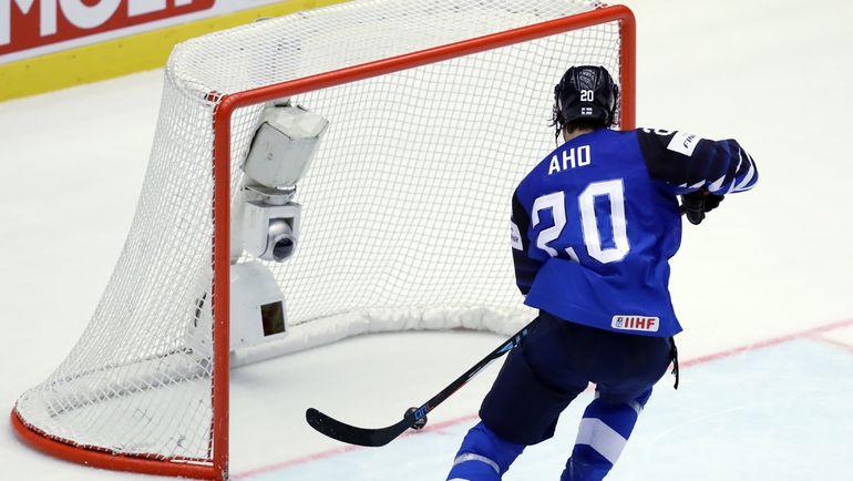 Вторник. Хернинг. Финляндия - США - 6:2. Себастьян АХО отправляет шайбу в ворота в пустые ворота сборной США. Фото REUTERS