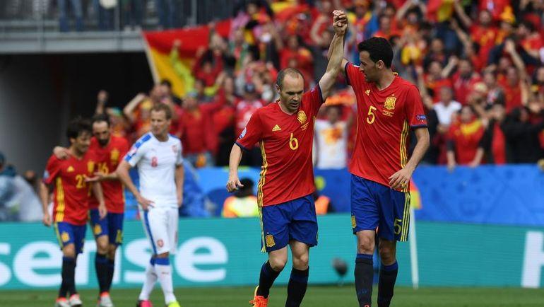Полузащитники сборной Испании Андрес ИНЬЕСТА (№6) и Серхио БУСКЕТС (№5). Фото AFP