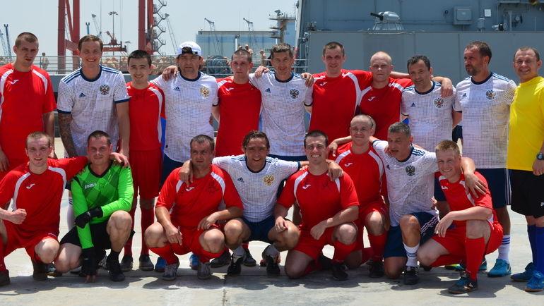 Бывшие игроки сборной сыграли в футбол с российскими военными в Сирии. Сергей ЮРАН - в нижнем ряду в центре. Фото предоставил Сергей Юран