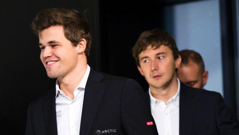Магнус КАРЛСЕН (слева) обвинил Сергея КАРЯКИНА в договорном матче. Фото AFP