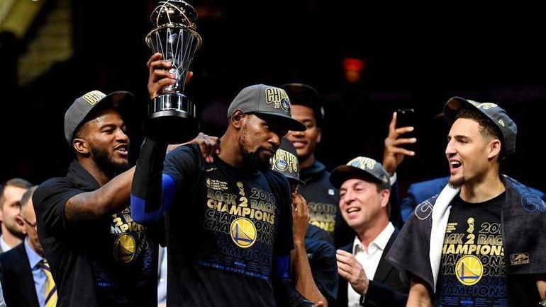 """Игроки """"Голден Стэйт"""" на церемонии награждения. Фото NBA"""