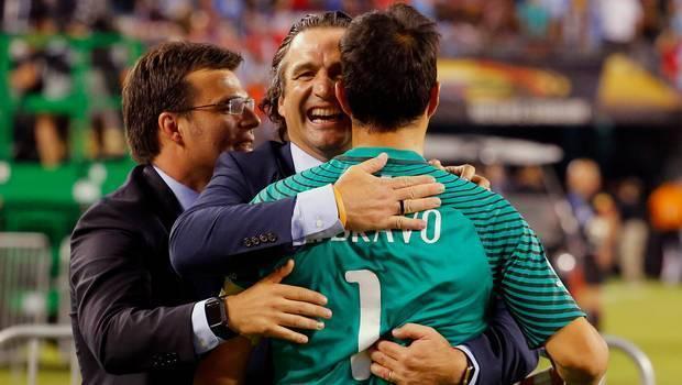 Пицци обнимает вратаря сборной Чили Клаудио Браво. Фото 24Horas