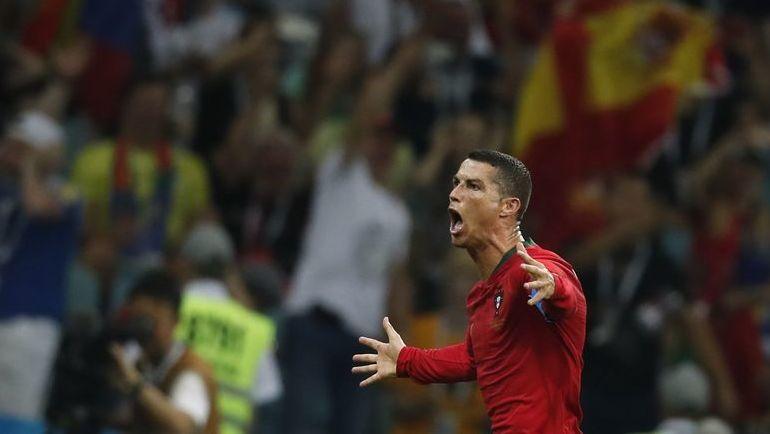Пятница. Сочи. Португалия - Испания - 3:3. 88-я минута. КРИШТИАНУ РОНАЛДУ празднует хет-трик. Фото REUTERS