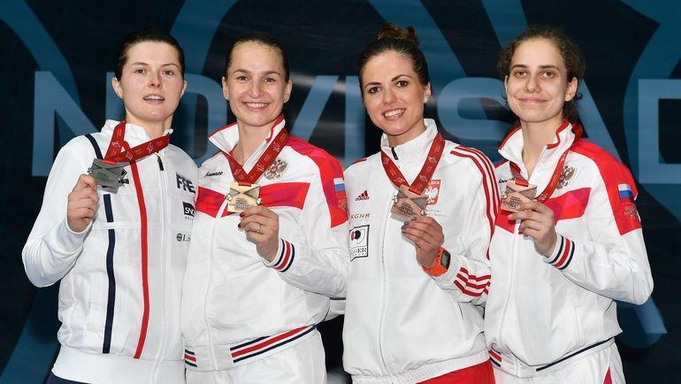 Софья ВЕЛИКАЯ (вторая слева), Сесилия БЕРДЕР (слева), Марта ПУДА (вторая справа) и Светлана ШЕВЕЛЕВА. Фото /twitter.com/FIE_fencing