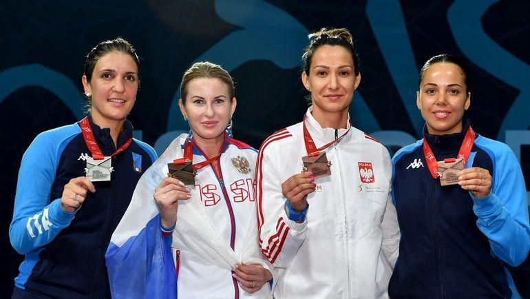 Инна ДЕРИГЛАЗОВА (вторая слева) стала трехкратной чемпионкой Европы. Фото twitter.com/FIE_fencing