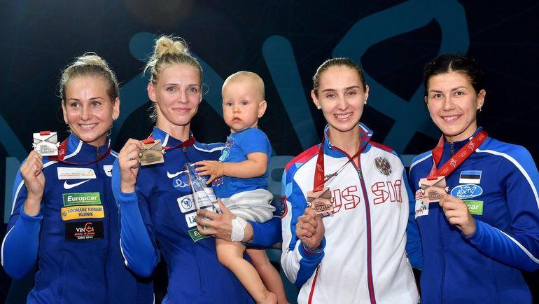 Вероника КОЛОБОВА (вторая справа) с трио медалисток из Эстонии Катриной ЛЕХИС (вторая слева), Кристиной КУУСК и Юлией БЕЛЯЕВОЙ. Фото twitter.com/FIE_fencing