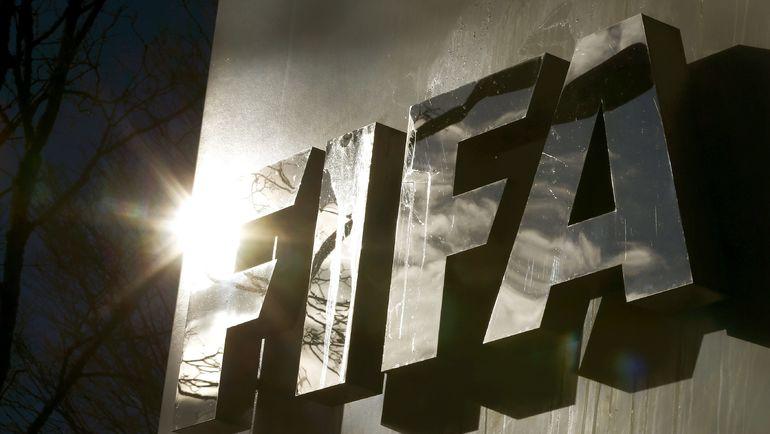 Отблески солнца в буквах ФИФА на штаб-квартире организации в Цюрихе. Фото REUTERS