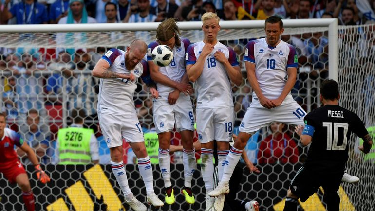 16 июня. Москва. Тушино. Аргентина - Исландия - 1:1. Лионель МЕССИ и исландская стена. Фото AFP