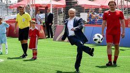 Путин сыграл в футбол с Инфантино на Красной площади
