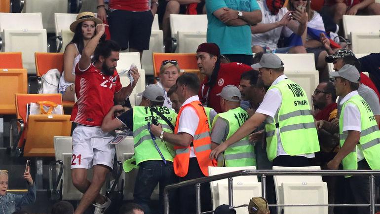Болельщика сборной Туниса во время матча чемпионата мира против Панамы (2:1) пришлось вывести с трибуны стадиона в Саранске. Фото REUTERS