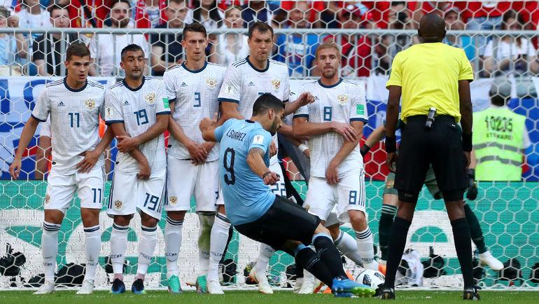 Понедельник. Самара. Уругвай - Россия - 3:0. 10-я минута. Луис СУАРЕС точным ударом со штрафного открывает счет. Фото REUTERS