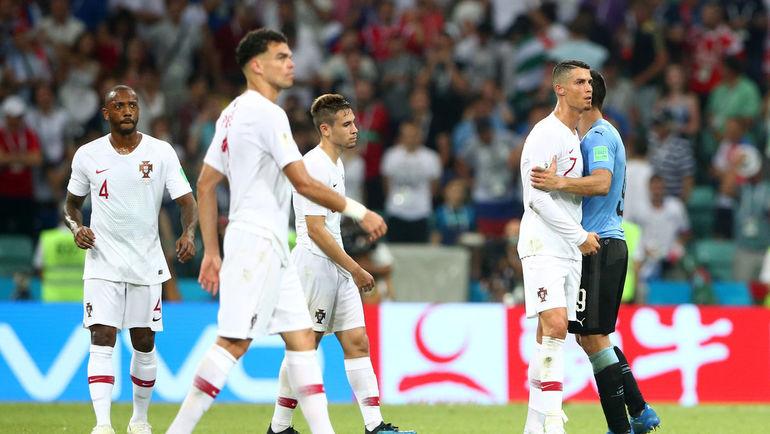 Суббота. Сочи. Уругвай - Португалия - 2:1. Криштиану РОНАЛДУ (справа) и партнеры. Фото AFP