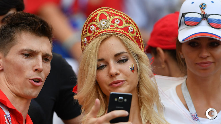Сегодня. Москва. Лужники. Болельщики перед игрой России и Испании. Известная модель Наталья АНДРЕЕВА очень популярна у болельщиков.