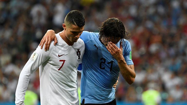 Суббота. Сочи. Уругвай - Португалия - 2:1. КРИШТИАНУ РОНАЛДУ (№ 7) помогает Эдинсону КАВАНИ, получившему повреждение, покинуть поле. Фото AFP