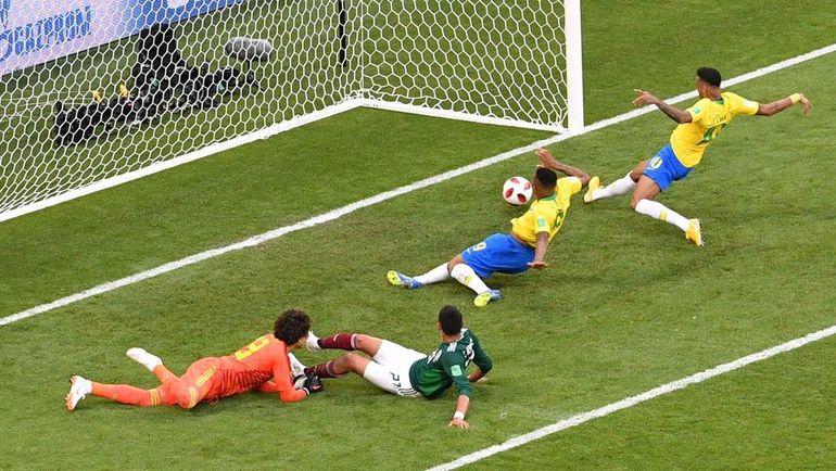 Понедельник. Самара. Бразилия - Мексика - 2:0. 51-я минута. НЕЙМАР (справа) открывает счет. Фото AFP
