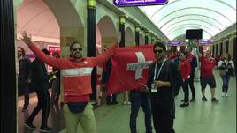 Швейцарские болельщики в метро Санкт-Петербурга