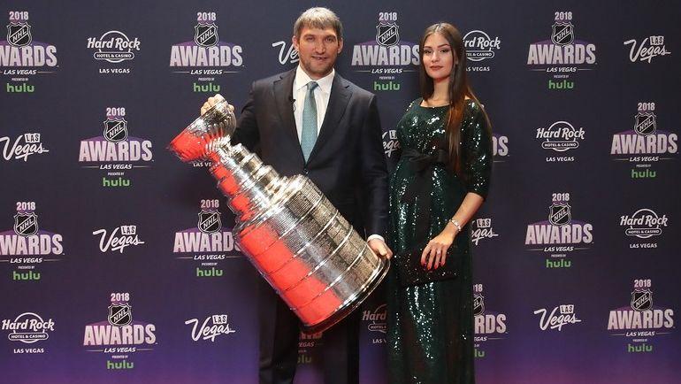 Александр ОВЕЧКИН и его супруга Анастасия ШУБСКАЯ с Кубком Стэнли. Фото AFP