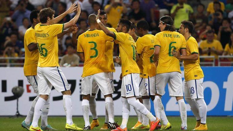 14 октября 2014 года. Сингапур. Япония - Бразилия - 0:4. МАРИУ ФЕРНАНДЕС (слева) поздравляет НЕЙМАРА (№ 10) с очередным забитым мячом в ворота  японцев в товарищеской игре. Этот матч стал первым и последним для защитника в футболке сборной Бразилии. Фото REUTERS