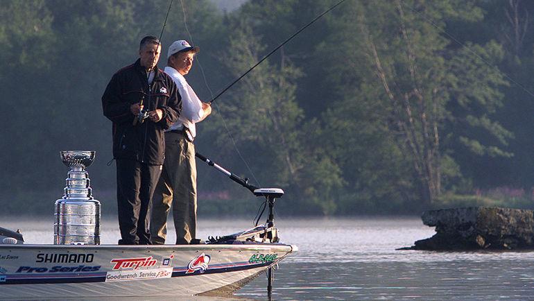 Боб ХАРТЛИ взял кубок с собой на рыбалку.