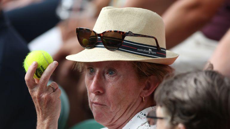 Теннисный мяч в руках зрительницы на трибунах Уимблдона. Фото AFP