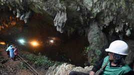 Детскую футбольную команду спасают из заточения в пещере. Шокирующие фото