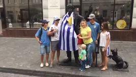 Уругвайцы надели свой флаг на памятник в Нижнем Новогороде