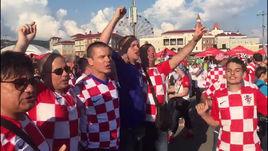 Хорватские фанаты зажигают перед матчем с Россией