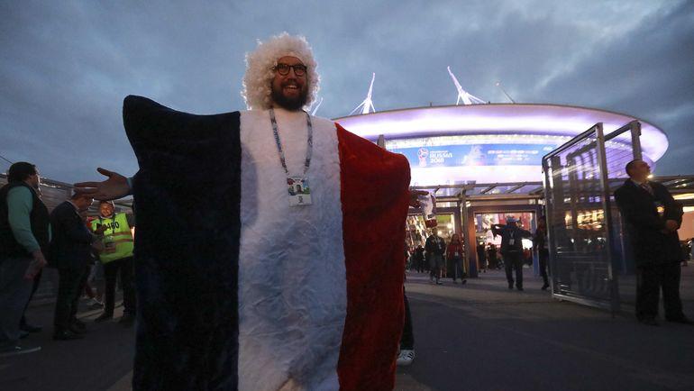 Вторник. Санкт-Петербург. Франция - Бельгия - 1:0. Болельщик французов возле стадиона. Фото REUTERS