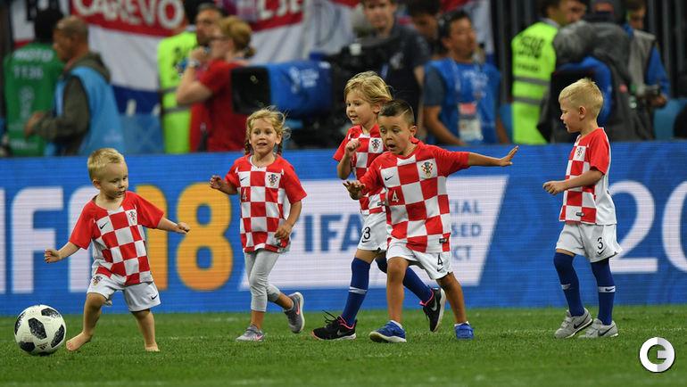 Среда. Москва. Хорватия - Англия - 2:1. Дети хорватских футболистов после матча выбежалли на поле Лужников.
