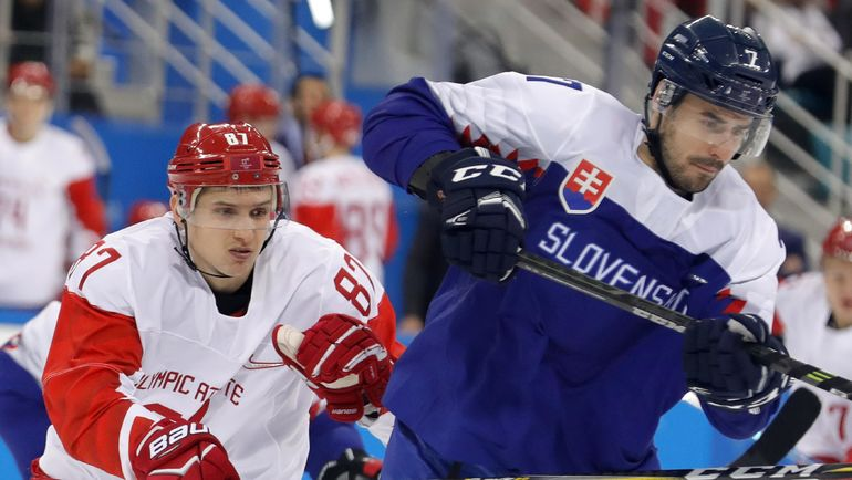 Вадим ШИПАЧЕВ (слева) на Олимпийских играх потерял доверие тренера после стартового матча со Словенией. Фото REUTERS