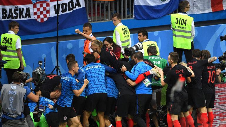 """Хорваты празднуют гол. Фотограф - в гуще событий. Фото Дарья ИСАЕВА, """"СЭ"""""""