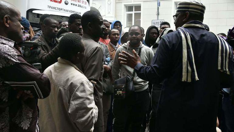 Десятки нигерийцев столпились упосольства в столице России, пытаясь вернуться домой