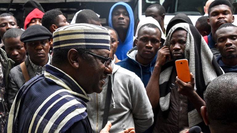 13 июля. Москва. Посол Нигерии общается с обманутыми болельщиками около посольства. Фото AFP