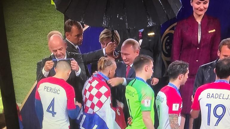 Владимир Путин награждает Домагоя Виду.