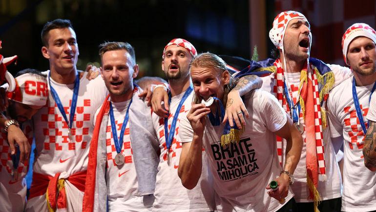 Понедельник. Загреб. Домагой ВИДА с партнерами по сборной Хорватии во время парада. Фото REUTERS