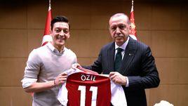 Дискриминация в Германии. Езил покинул сборную из-за фото с президентом Турции?