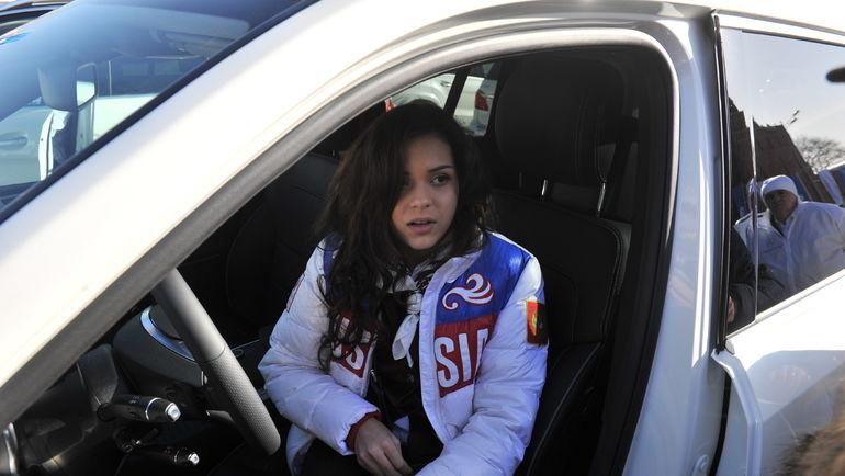Аделина СОТНИКОВА в подаренном после ОИ-2014 автомобиле. Фото Алексей ИВАНОВ