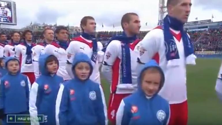 """Виталий ФЕДОРИВ (второй справа) в составе """"Амкара"""" во время исполнения гимна России перед матчем с """"Зенитом"""" 16 октября 2010 года."""