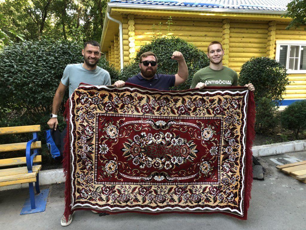Обзор трибун: оскорбительные баннеры, бутылки и ковер в Ростове