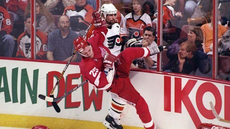 Эрик ЛИНДРОС проводит силовой прием. Фото НХЛ
