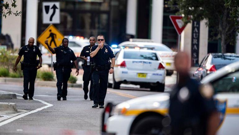 Полицейские у торгово-развлекательного центра в Джексонвилле. Фото AFP
