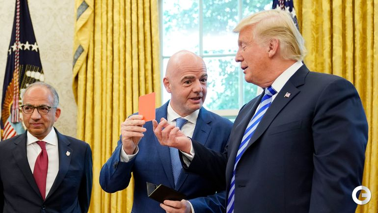 Сегодня. Вашингтон. Президент ФИФА Джанни ИНФАНТИНО показывает президенту США Дональду ТРАМПУ красную карточку.