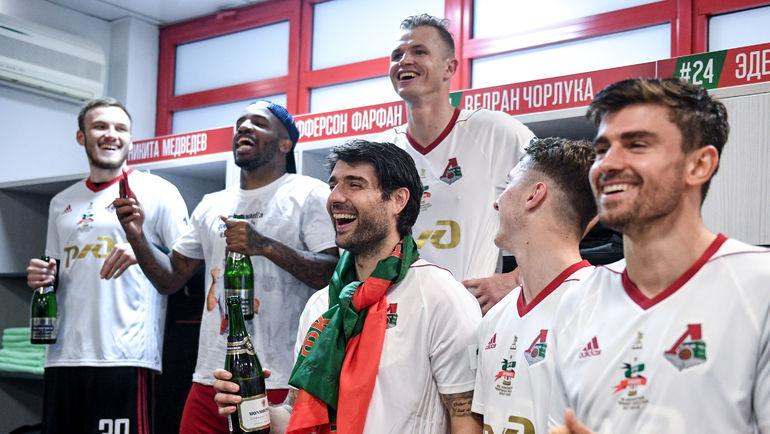 """Никита МЕДВЕДЕВ (слева) в чемпионской раздевалке """"Локо"""". Фото Дарья ИСАЕВА, """"СЭ"""""""