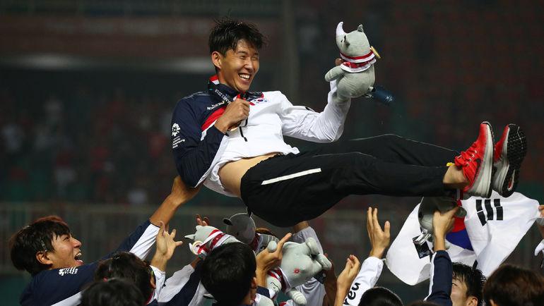 Сон Хын Мин празднует с партнерами по сборной Кореи победу на Азиатских играх-2018. Фото REUTERS