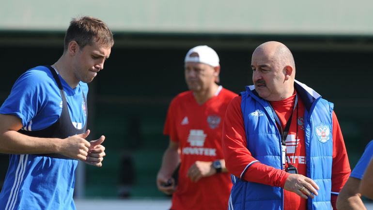 Футболисты сборной Российской Федерации вышли натренировку внакладных усах