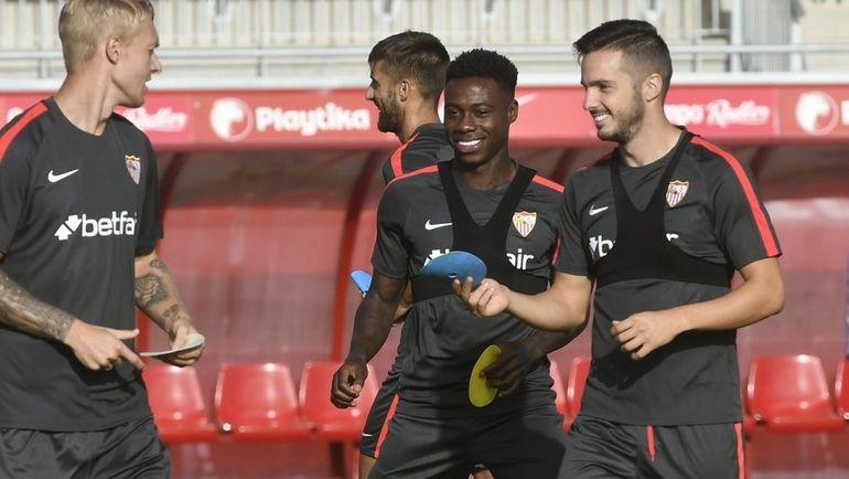 """Квинси ПРОМЕС (второй справа) на тренировке """"Севильи"""". Фото twitter.com/SevillaFC"""