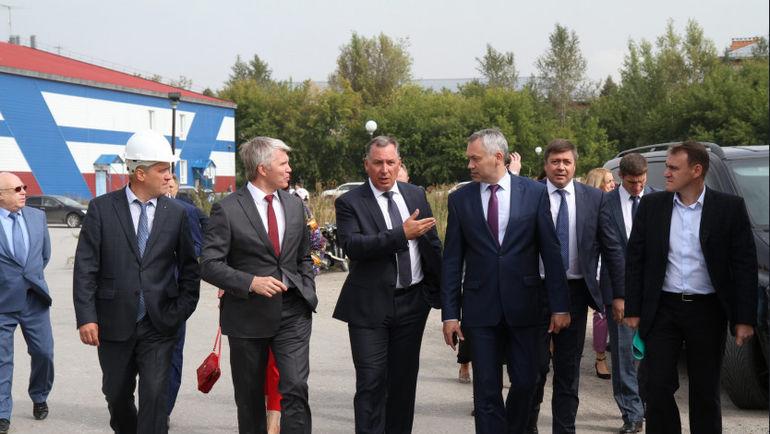 Президент ОКР Станислав ПОЗДНЯКОВ (третий слева) и министр спорта Павел КОЛОБКОВ (второй слева) во время рабочей встречи в Новосибирске.