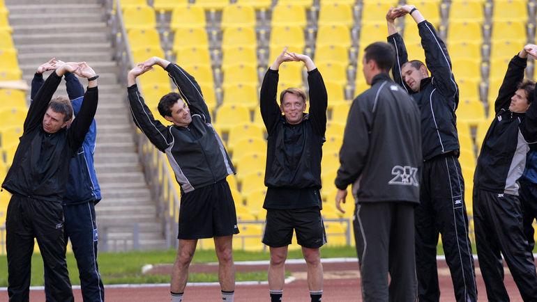 19 мая 2006 года. Алексей Николаев (второй слева), Владимир Петтай (в центре) и Эдуард Малый (второй справа) на тренировке судей в Лужниках. Фото Алексей Иванов