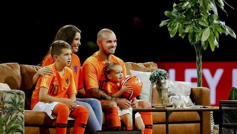 6 сентября. Амстердам. Голландия - Перу - 2:1. Отныне Весли Снайдер с семьей будут следить за успехами сборной по телевизору.
