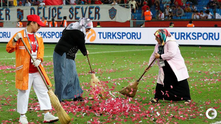 Пятница. Трабзон. Турция - Россия. Уборка спешит на помощь в перервые.